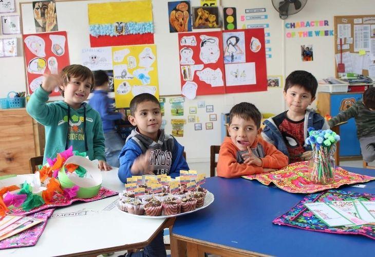 Fotografía de los estudiantes vendiendo piezas hechas por ellos en tributo a Botero