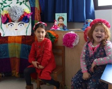 Niñas del colegio en el museo vestidas como frida Kahlo