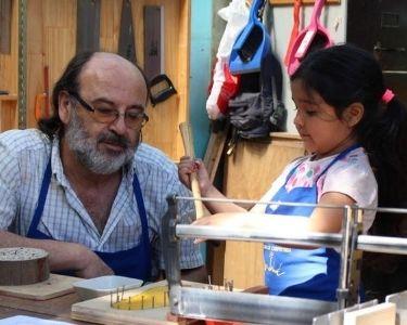 Niños y niñas aprendiendo carpintería junto al profesor Ricardo Ortiz