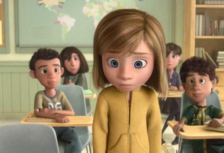 escena de la pelicula de la nina protagonista en la sala de clases del colegio