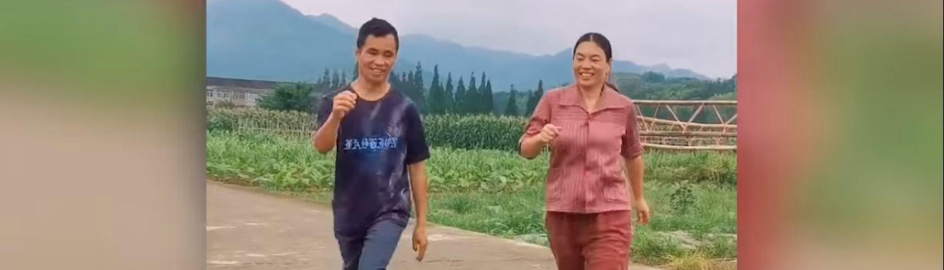 Captura pantalla de director bailando junto a una estudiante