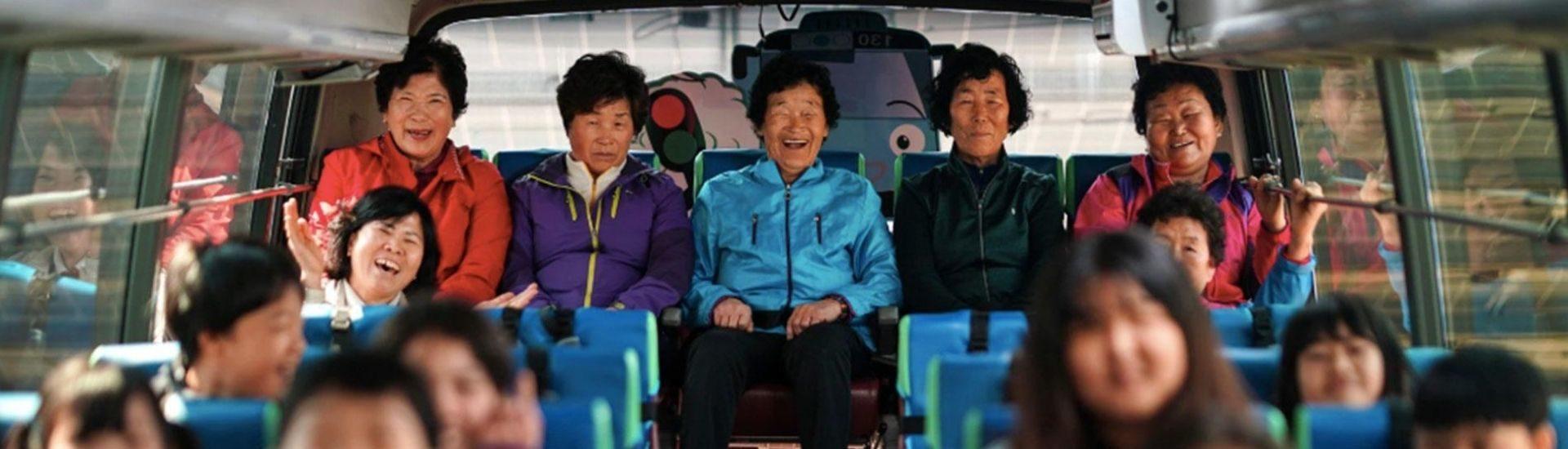 Foto en un bus de las mujeres que asisten a la comunidad educativa de Corea del Sur