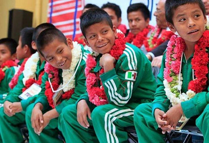 Estudiantes del profesor Sergio con uniformes deportivos