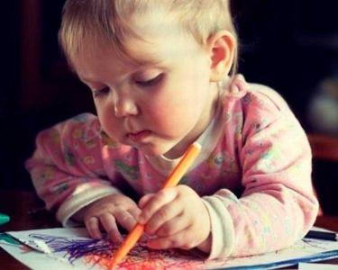 Foto de un niño dibujando