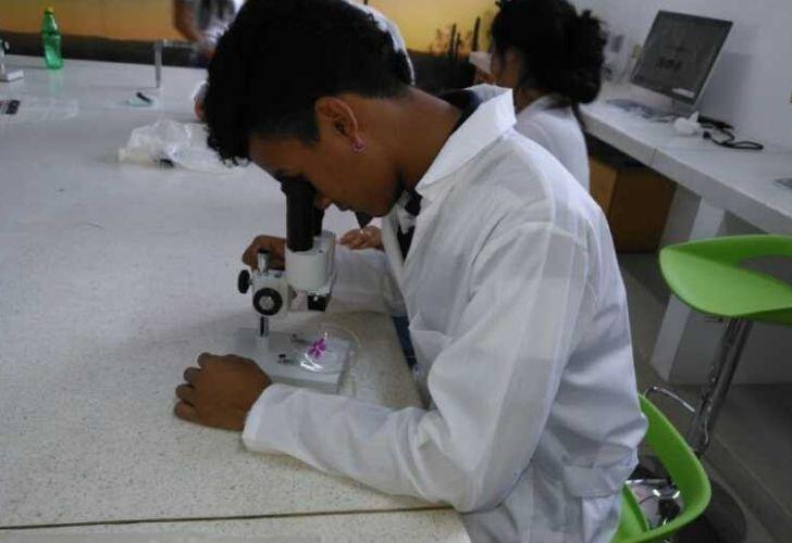 Estudiante en clase de ciencias