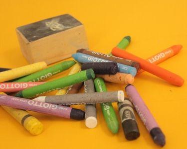 Foto de crayones en una mesa amarilla