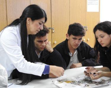 Foto de la profesora Karin y algunos y algunas estudiantes