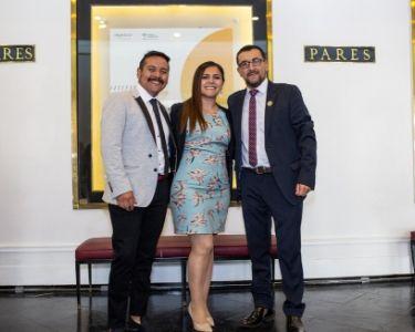 La y los tres profesores en una foto