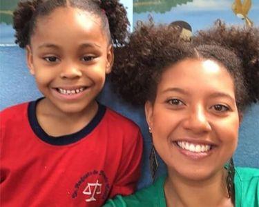 Foto de una profesora su estudiante sonriendo