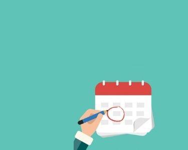 Ilustración de una mano sobre un calendario. Crédito: Freepik.
