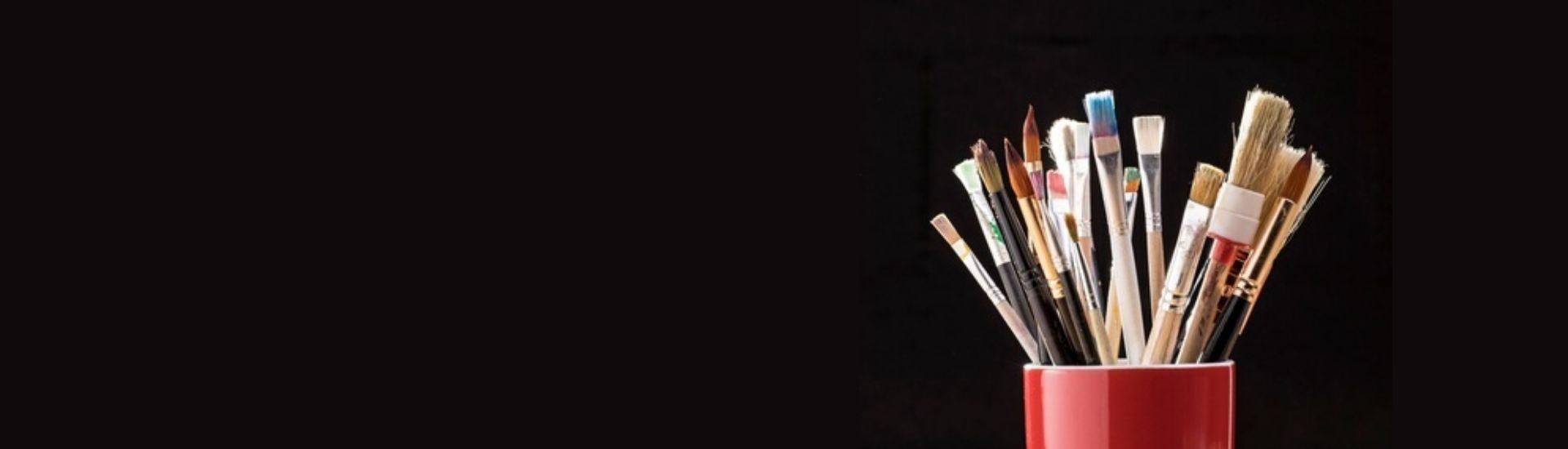 Foto de vaso lleno de pinceles