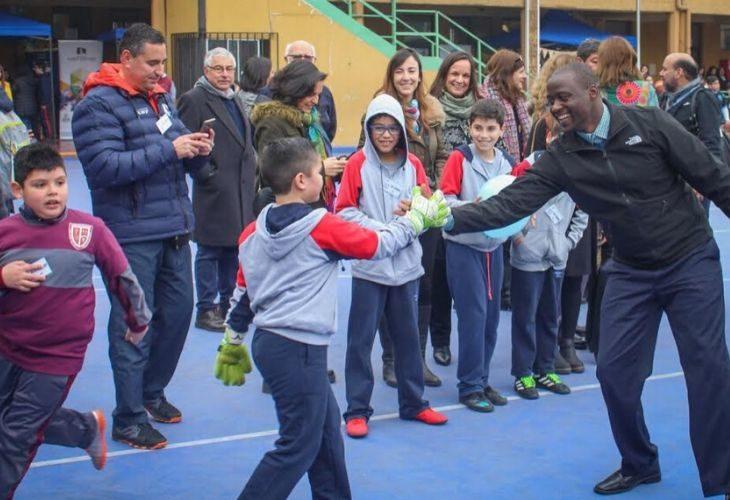Foto Peter Tabichi con estudiantes chilenos
