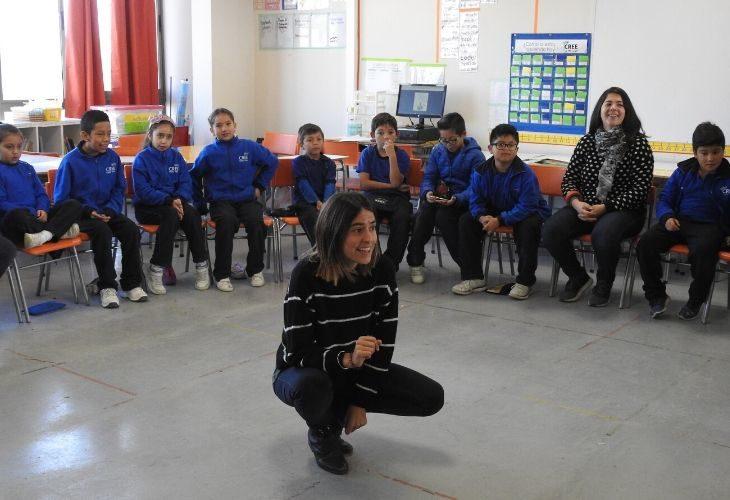 Foto de Profesora explicando una actividad