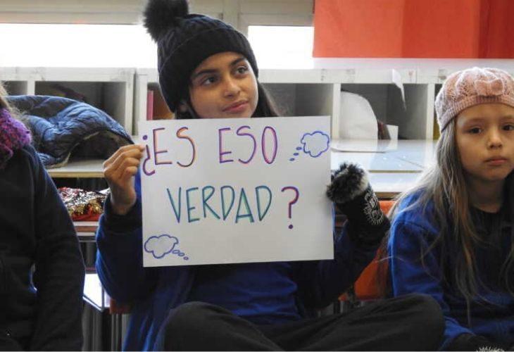 Foto de estudiante sosteniendo un cartel que dice ¿es eso verdad?