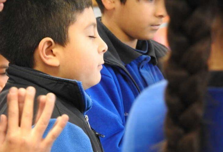 Foto de estudiantes cerrando los ojos