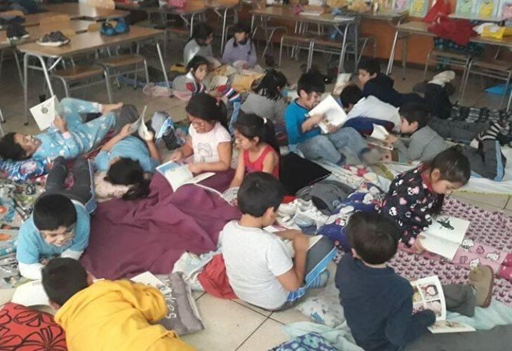 Foto de estudiantes con pijamas en la sala de clases