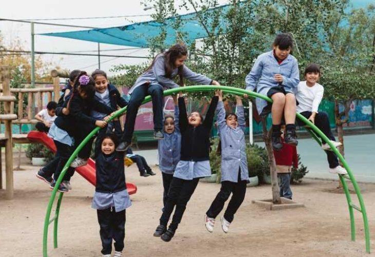 Foto de estudiantes de un colegio jugando en una plaza