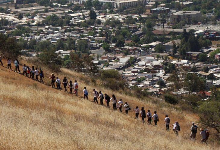 Foto de estudiantes subiendo un cerro