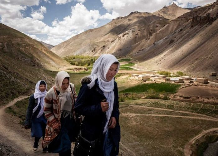 Foto de mujeres caminando en un hermoso paisaje