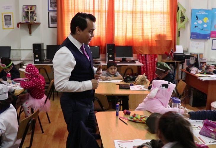 Foto de profesor antonio al inicio de su clase