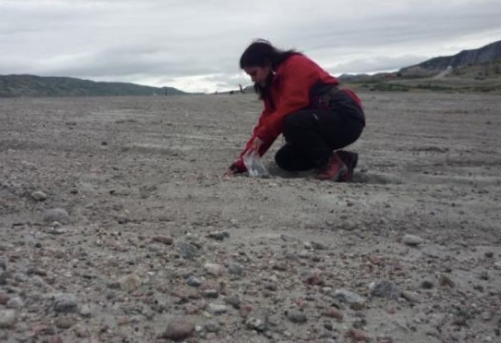 Foto de profesora recogiendo muestras del suelo