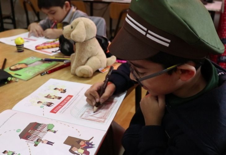 Foto de un estudiante realizando una actividad del libro