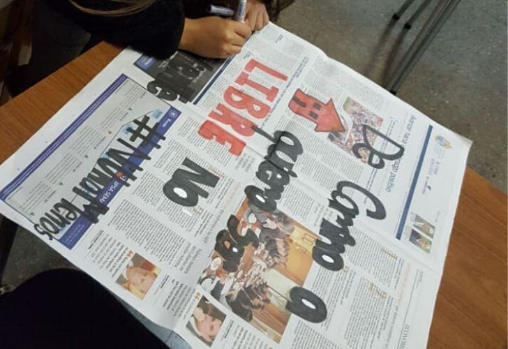 Foto estudiante de Karin escribiendo en un papel de diario