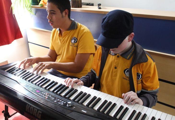 Foto estudiantes tocando un teclado