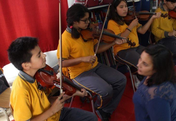 Foto estudiantes tocando violines