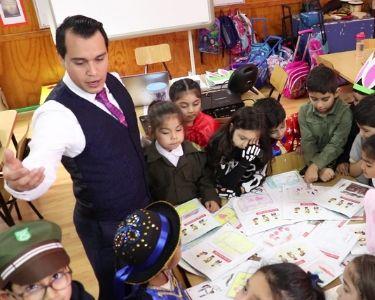 Foto profesor Antonio y estudiantes con disfraces