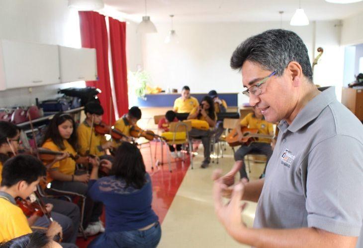 Foto profesor explicando su clase