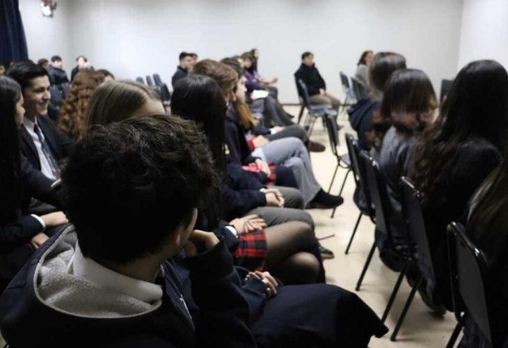 Fotos de estudiantes escuchando