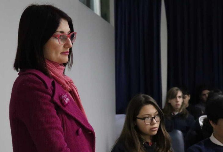 Fotos de la profesora junto a sus estudiantes