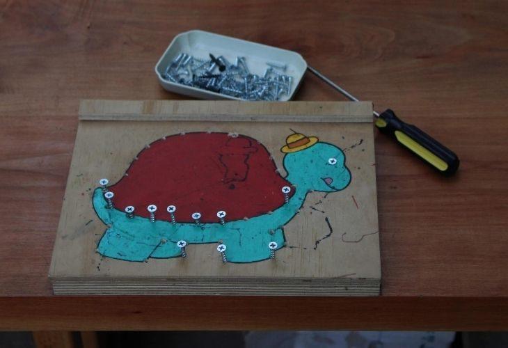Dibujo de una tortuga en madera