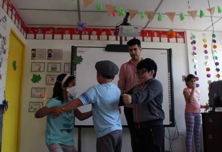 Diego Agurto en la rueda que hace junto a sus estudiantes antes de empezar sus actividades.