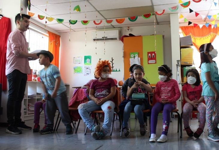 Diego Agurto junto a sus estudiantes en la sala de clases.
