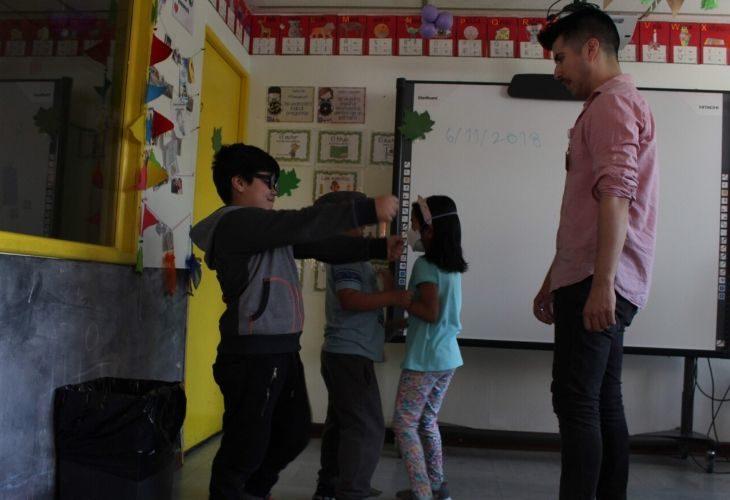 Diego Agurto y estudiantes