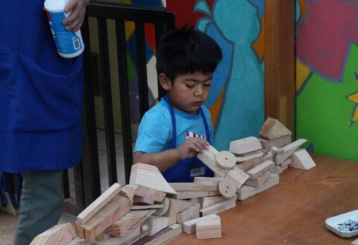 Estudiante con bloques y figuras de madera