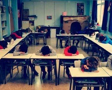 Foto de estudiantes apoyando su cabeza en las mesas