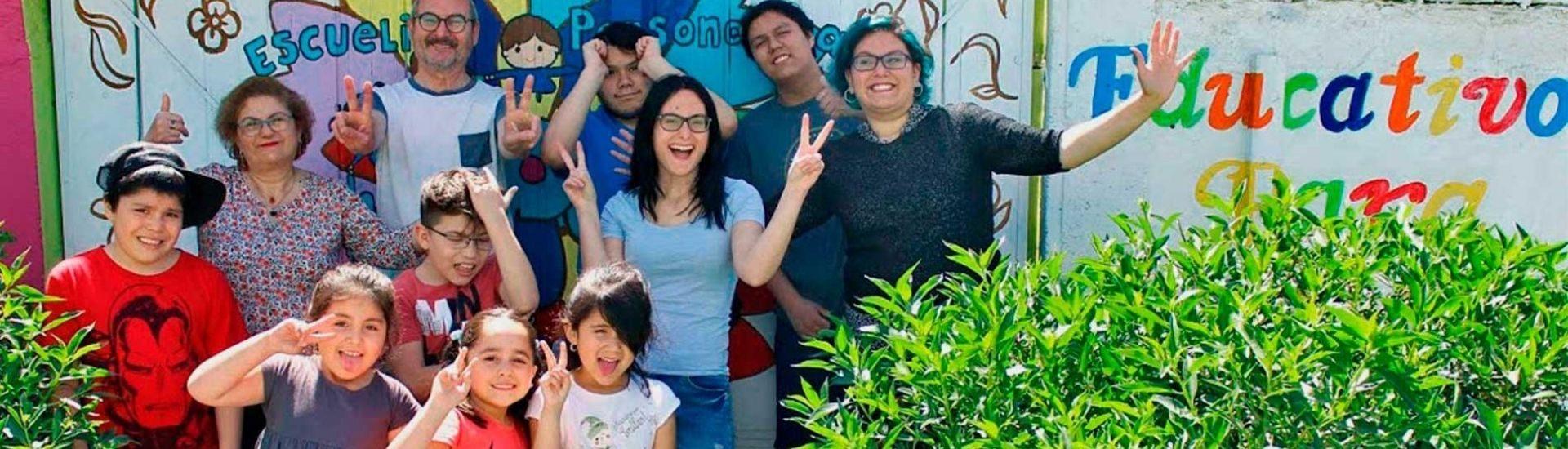 Foto de profesores y profesoras junto a estudiantes