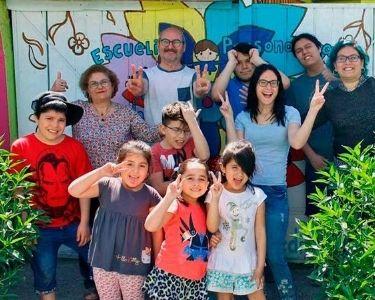 Foto de profesores y profesoras junto a los y las estudiantes