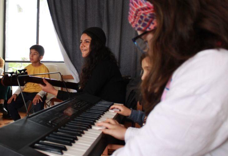 Profesora y estudiantes con instrumentos