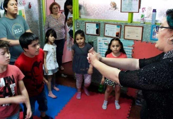 Profesora y estudiantes en una actividad