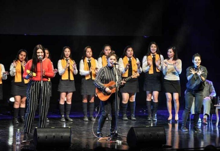 Yorka y estudiantes en el escenario