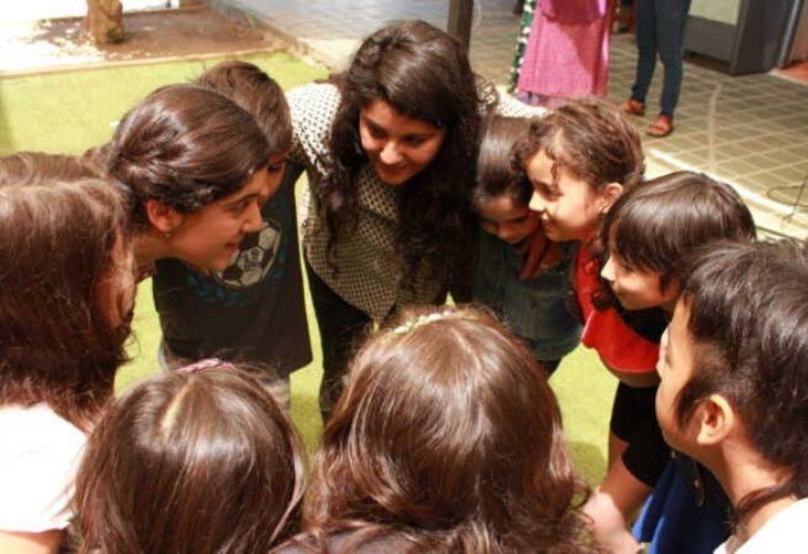 estudiantes y profesoras abrazados