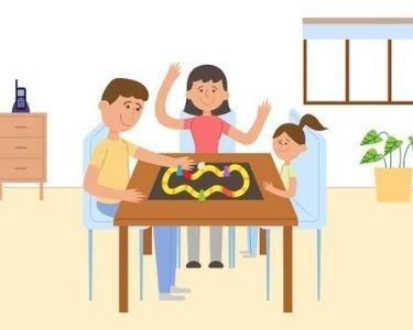 Familia juagando un juego de mesa