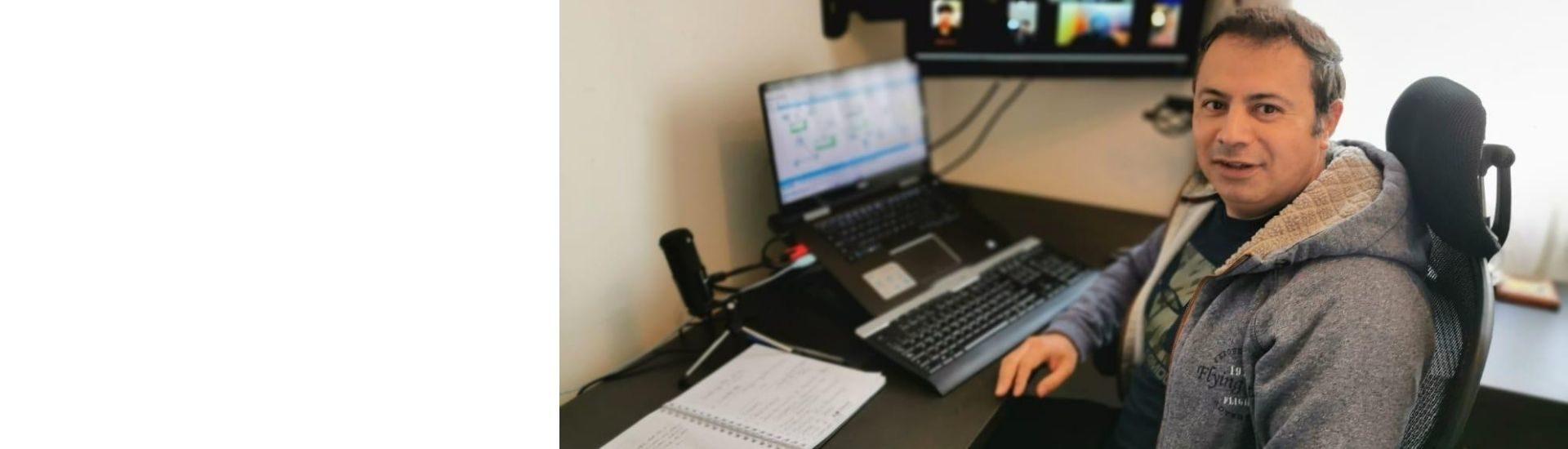 imagen del profesor Gerardo, durante una clase en línea con sus estudiantes