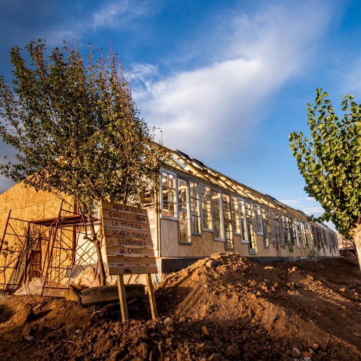 Imagen de una parte de la escuela, que es una casa de amdera