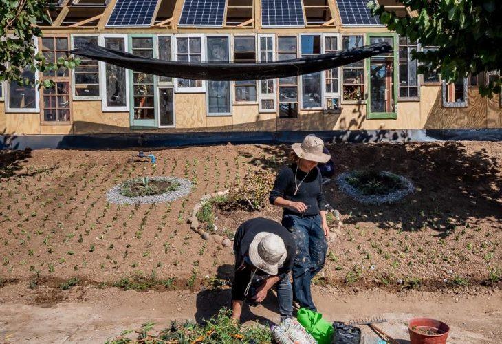 personas trabajando en el proyecto de la escuela 100% sustentable