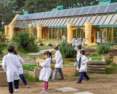 Niñas y niños en la primera escuela 100% sustentable y pública, Escuela Lo Zárate. Siempre en contacto con el entorno